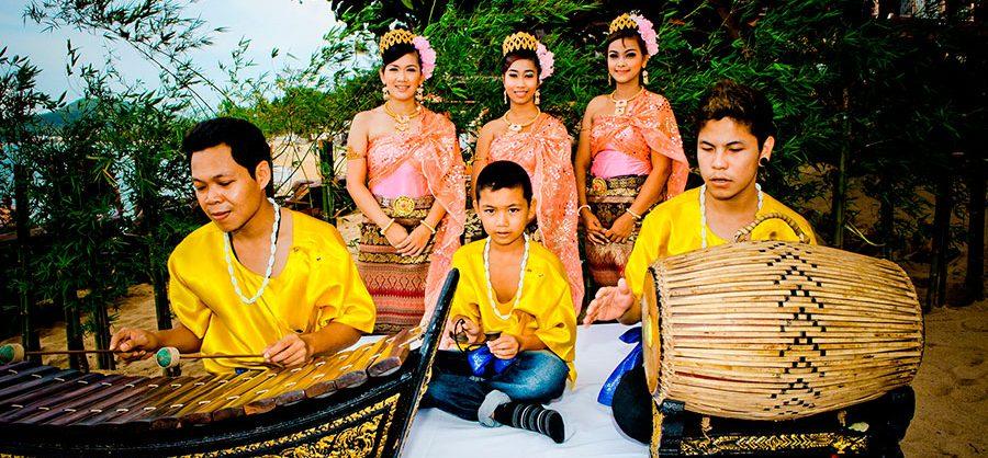 Thajskí hudobníci s tradičnými nástrojmi