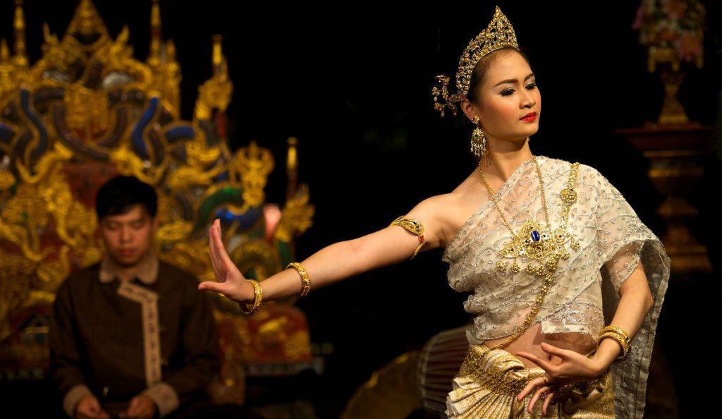 Thajská tanečnica predvádza ladné pohyby