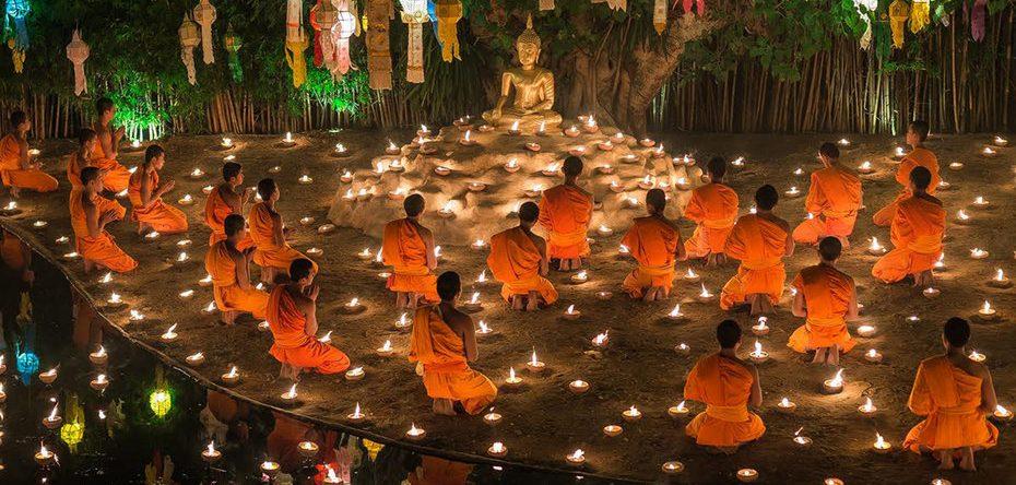Thajskí mnísi na festivale Litajúcich lámp
