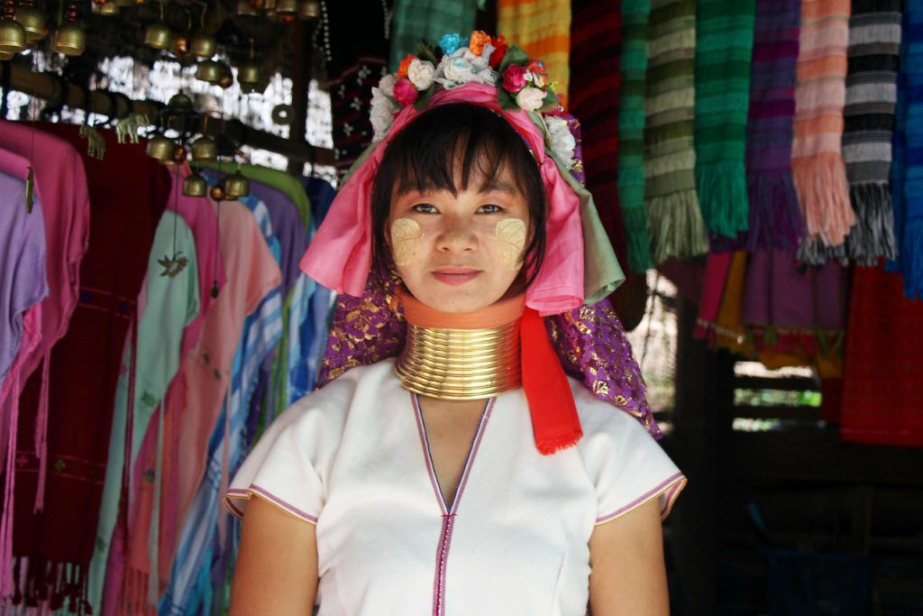 Žirafia žena z kmeňa Padang s tradičnou ozdobou krku
